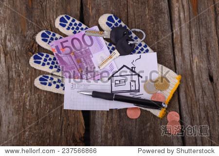 五百歐元畫房子和車鑰匙在工作手套一張紙和筆寫在舊