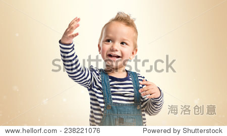 可爱的金发孩子微笑赭石的背景.