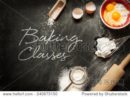 烘焙类海报设计与蛋糕原料从上面黑色的黑板.碗,面粉