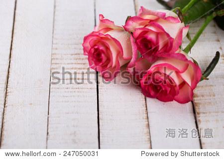 玫瑰在白色的木头桌子