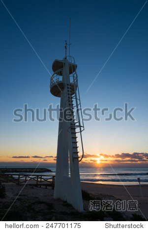 在海滩救生员了望塔日出