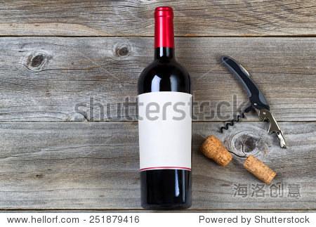 顶视图的角度拍摄的红酒瓶软木塞和乡村木板刀