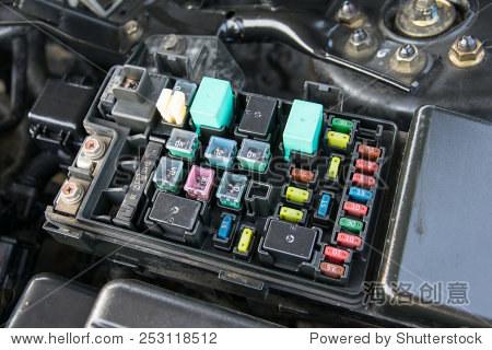 细节的汽车发动机舱保险丝