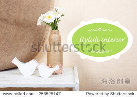 家庭室内装饰用鲜花在货架空间的文本框
