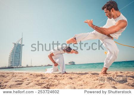 卡泼卫勒舞团队训练在海滩上,武术运动员战斗