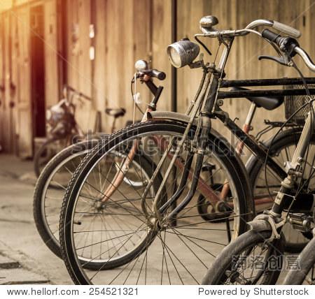 旧自行车停在附近的一所房子.