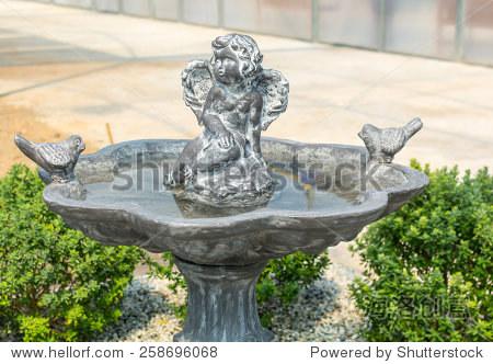 在花园里的丘比特雕塑和喷泉.