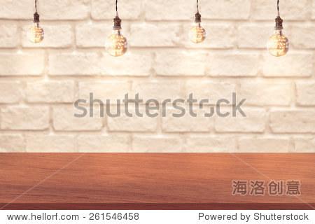木桌子边缘和白色砖墙背景与灯泡 - 背景/素材,编辑