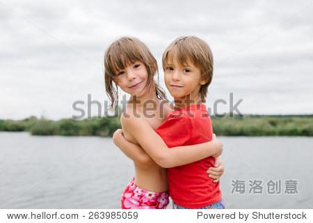 异卵双胞胎可爱快乐的享受他们的时间在海滩上.哥哥和