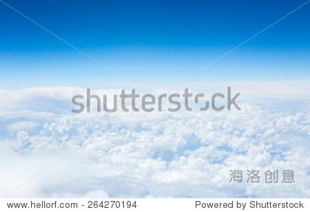的天空和云从飞机舷窗