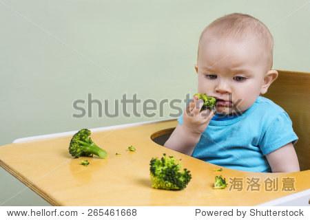 可爱的宝宝吃西兰花