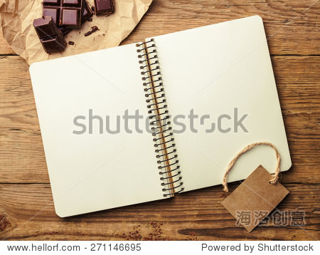 打开记事本,巧克力古董木制的桌子上.俯视图