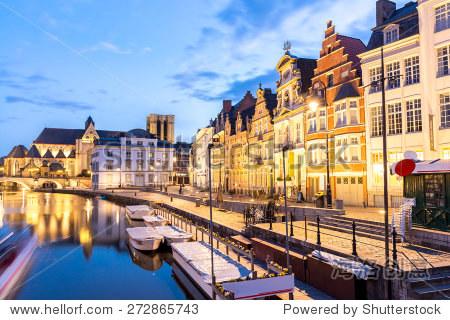 风景如画的中世纪建筑在根特leie河镇,比利时黄昏.