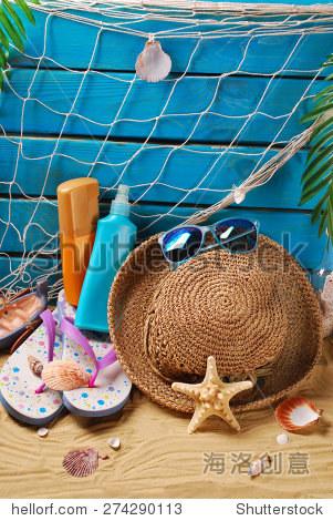 防晒静物与防晒油瓶子,草帽,墨镜,人字拖和贝壳在沙滩