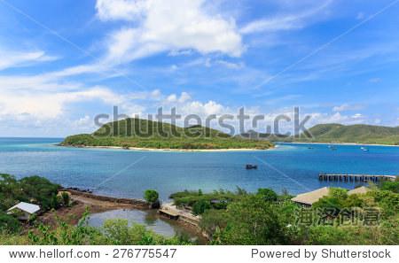 漂亮的小房子旁边海洋蓝色的天空