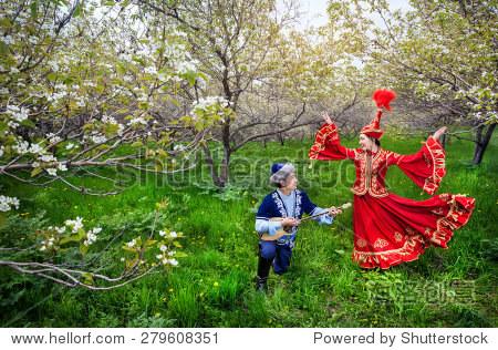 哈萨克斯坦视频在红裙子盛开,男人在春天跳舞女人难经教学图片