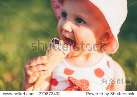 可爱的小女孩吃冰淇淋