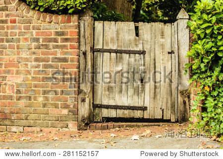 农村的场景.乡村的旧木头门砖墙.