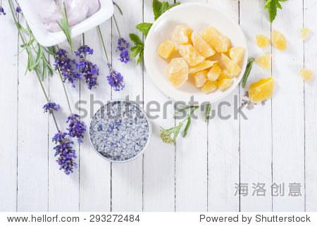 卉在白色的木头桌子