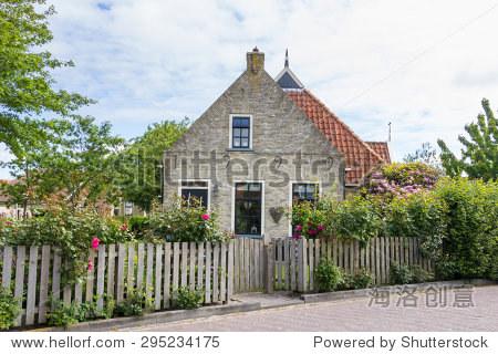 可愛的小荷蘭的房子上的瓦登島terschelling在荷蘭
