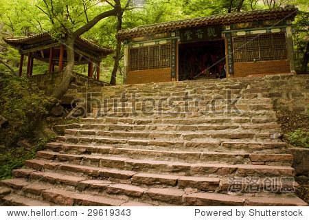 中国传统寺庙,上楼梯,沉浸在树林里 - 建筑物/地标