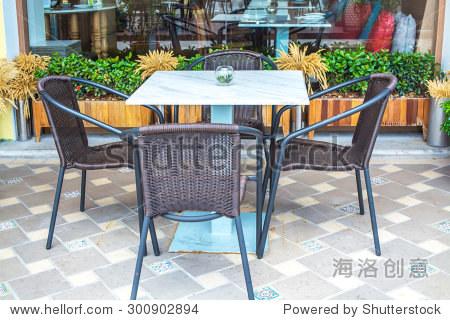 白色的桌子和椅子