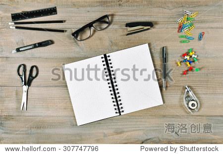 办公室和学校用品木质桌子背景.打开书和写作工具.复古风格的图片