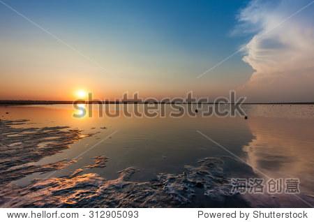 落日咸海海湾的水面
