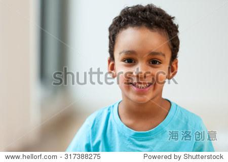 一个可爱的非洲裔美国小男孩微笑的画像