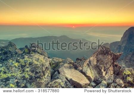夏天的风景.山的日出.从baranie rohy高峰高tatra山上