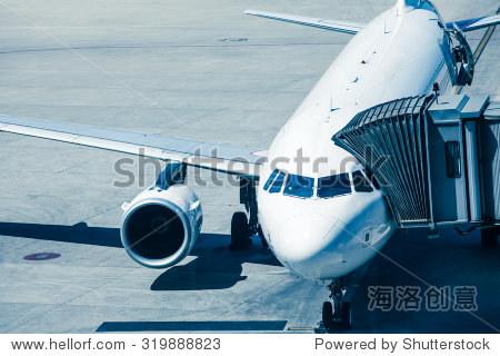 航空公司飞机准备登机的乘客