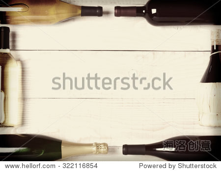 复古的俯拍的酒瓶乡村白色的木头桌子 瓶子躺在他们的两侧和端到端形