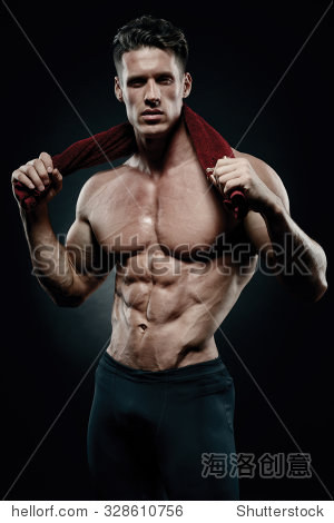 肌肉发达,适合年轻健美健身男模特儿摆姿势在黑色背景