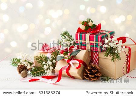 不同的圣诞礼物和手工制作的装饰