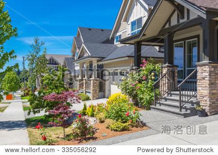 自定义构建豪华的房子,有很好地修剪和景观前院的草坪