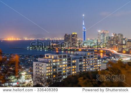日本九州福冈市的美丽全景航拍夜景城市海滨momochi,博多cbd商业区和