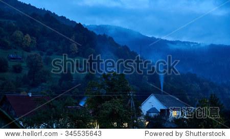 晚上冒烟的烟囱.农村山区的场景.