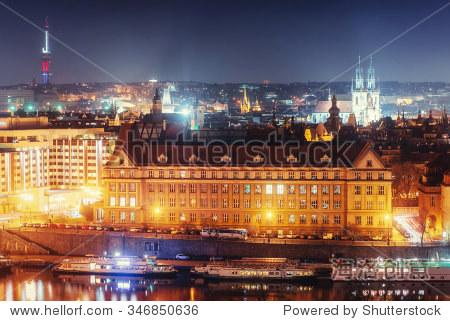 晚上的伏尔塔瓦河河流和桥梁在布拉格