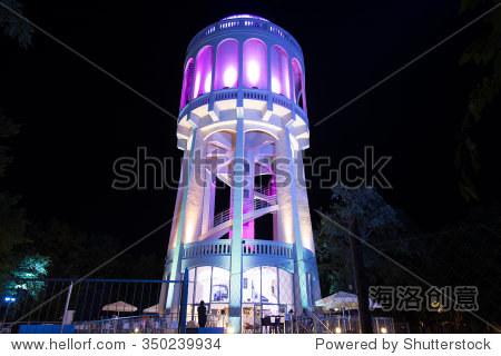 旧水塔照亮鲜艳在德布勒森改造之后,匈牙利.照片拍摄于2015年7月12日.