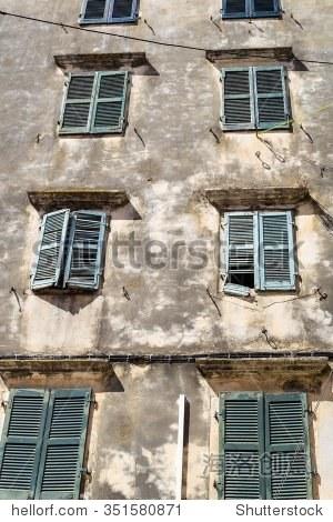 复古外观的一部分古代欧洲房子窗户和阳光盲目架构背景或墙纸