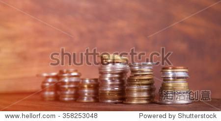 硬币在桃花心木的背景.成堆的硬币不同的标称值