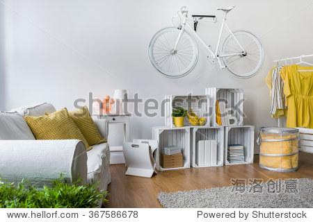 光室内沙发,手工制作的家具和自行车挂在墙上