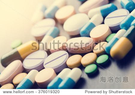 药学背景黑色的桌子上.平板电脑在一个黑色背景.药片.