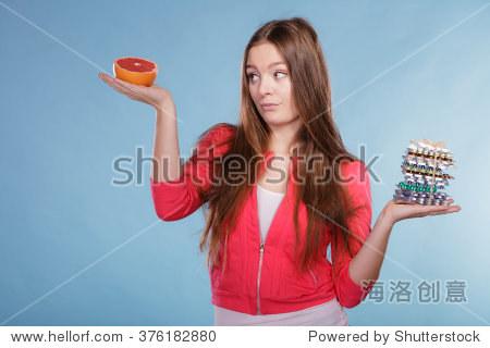 女人柚子饮食选择女孩天然和药片。减肥药片和美国金钻燃脂胶囊图片