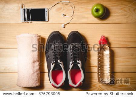 体育器材在木地板上.俯视图