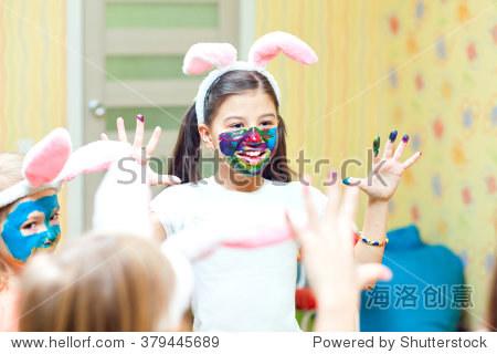 快乐可爱的幼儿用水粉颜料画脸图片