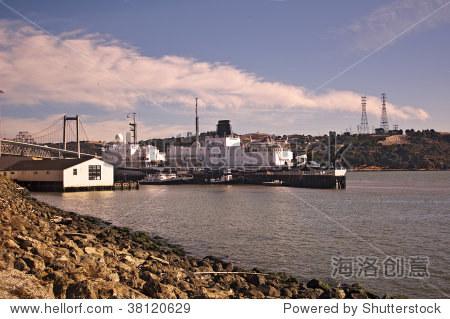 加州海事学院在瓦列霍,加利福尼亚州金熊货船和carquinez大桥.