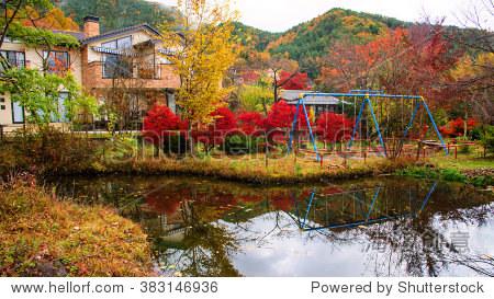 豪华的房子,有秋天颜色叶子kawaguchiko,日本