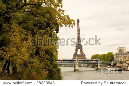 秋天在巴黎.埃菲尔铁塔,地铁和秋天树木在阴暗的一天