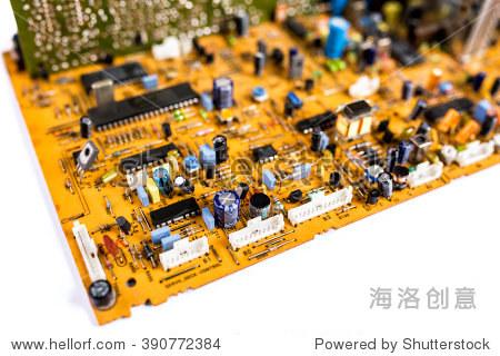 古董橙色印刷电路板pcb和许多电子元件在白色的背景